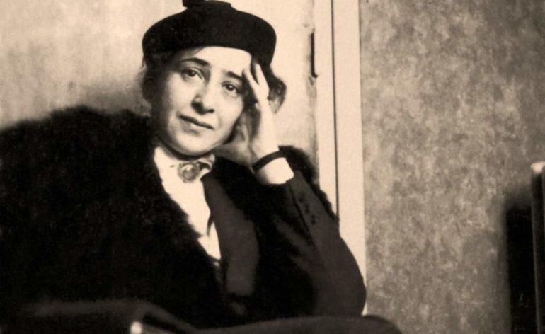 Anna Harent seduta