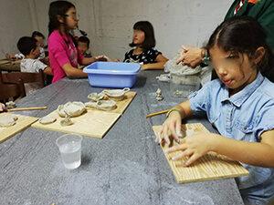 ragazzi che lavorano la ceramica